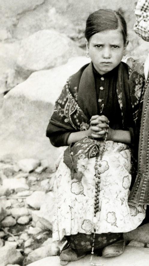 Jacinta de Fatima, petite fille modeste des années 1910: temps où femmes et filles avaient encore une vraie féminité, élégante et discrète.