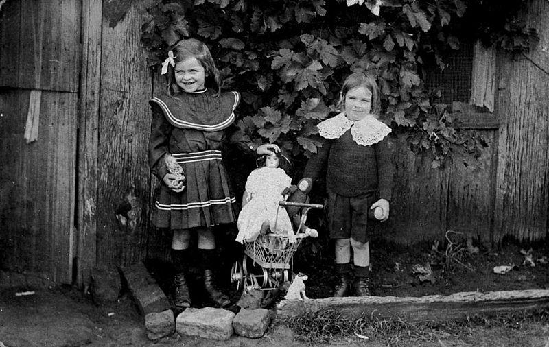Enfants 1910: les tenues sont plus courtes que 50 ans en arrière!