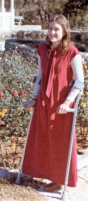 Jeune fille en longue robe et manches longues