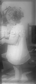 Petite fille court vêtue