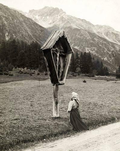 Jeune fille modeste priant devant un calvaire