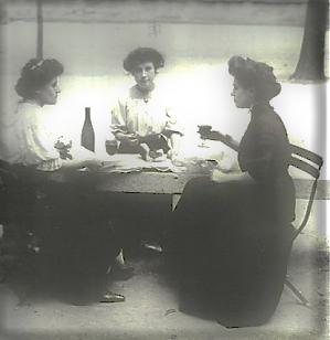 Jeunes femmes vers 1900, aux tenues pleines de décence
