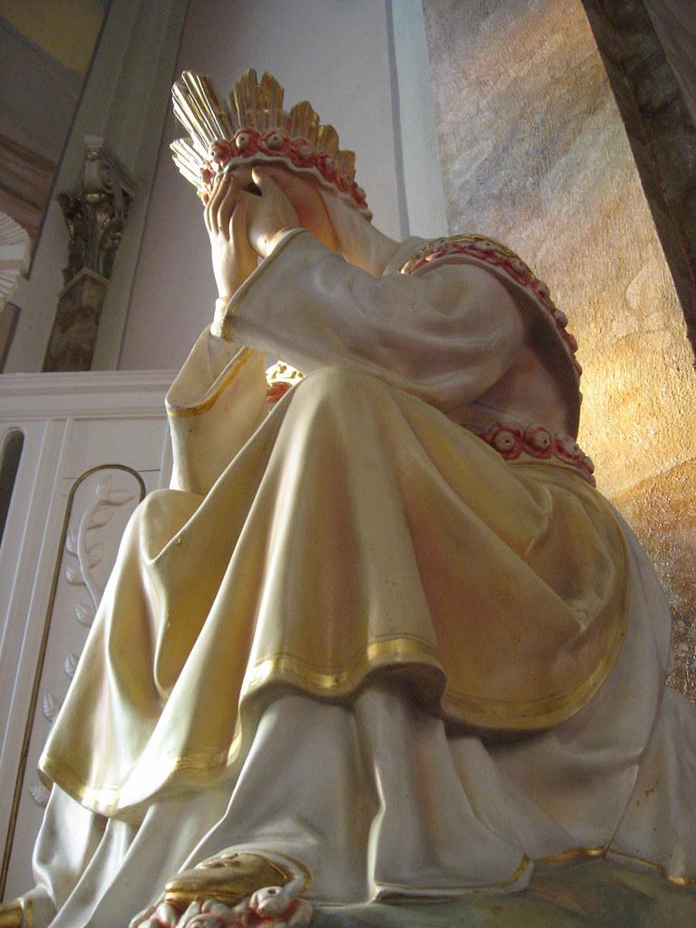 ND de la Salette dans les longs plis de sa modeste robe