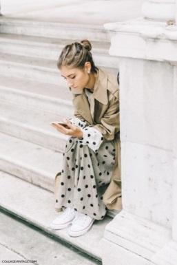 Jeune femme décemment vêtue