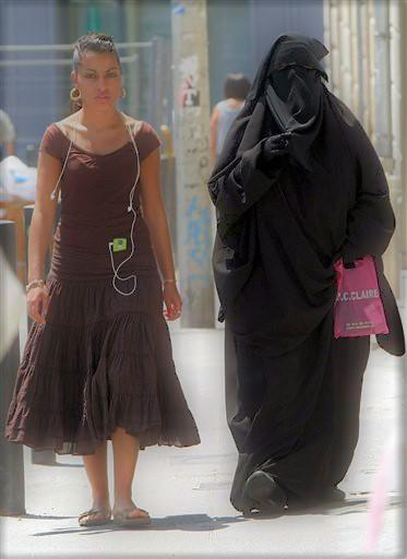 Vêtements modestes mais ridicules à droite, vêtements immodestes à gauche...
