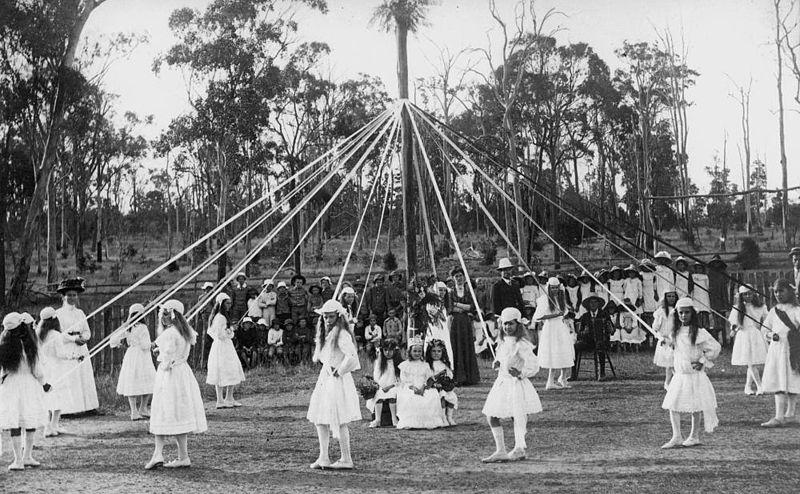 Petites filles  vêtues ras les genoux dans les annes 1910: la modestie disparaît...