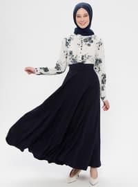 Longue jupe bleue foncée et chemisier fleuri