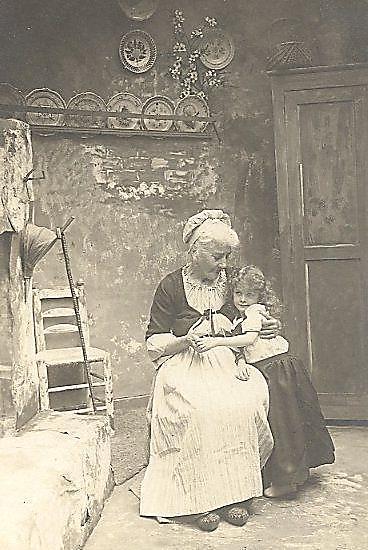 Mamie et petite fille, dans la modestie des tenues d'avant