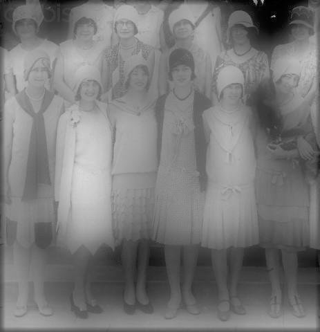 Jeunes filles habillées au ras des genoux