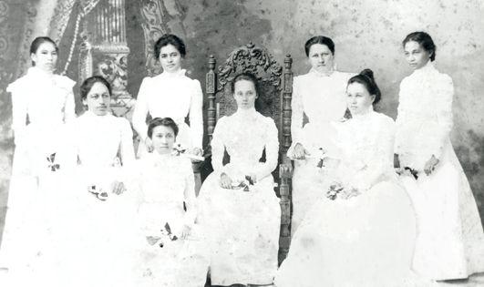 Jeunes filles modestement habillées en 1900