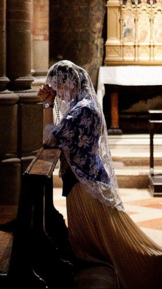 Femme priant, vêtue de façon totalement chrétienne