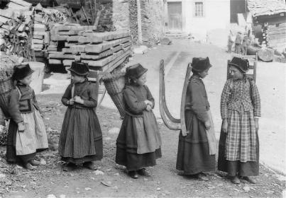 Petites paysannes pleines de modestie