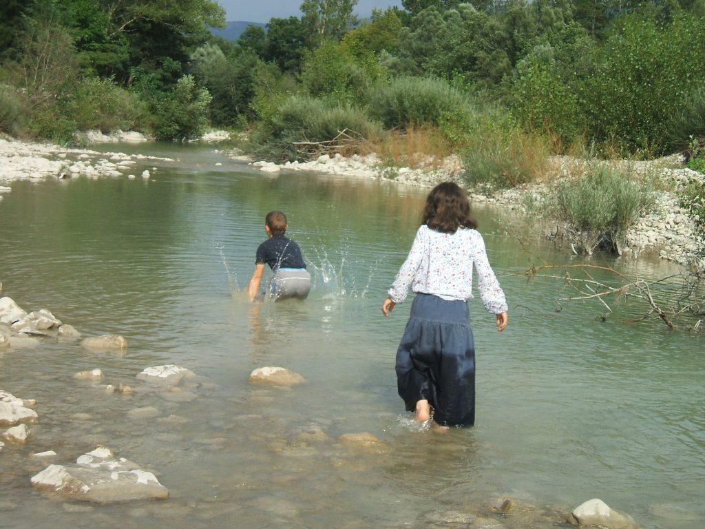 Pas besoin de maillot de bain pour se rafraîchir un peu dans l'eau... Et la modestie chrétienne n'en souffre pas!