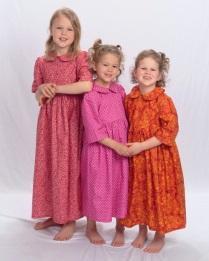Petites filles en vêtements modestes