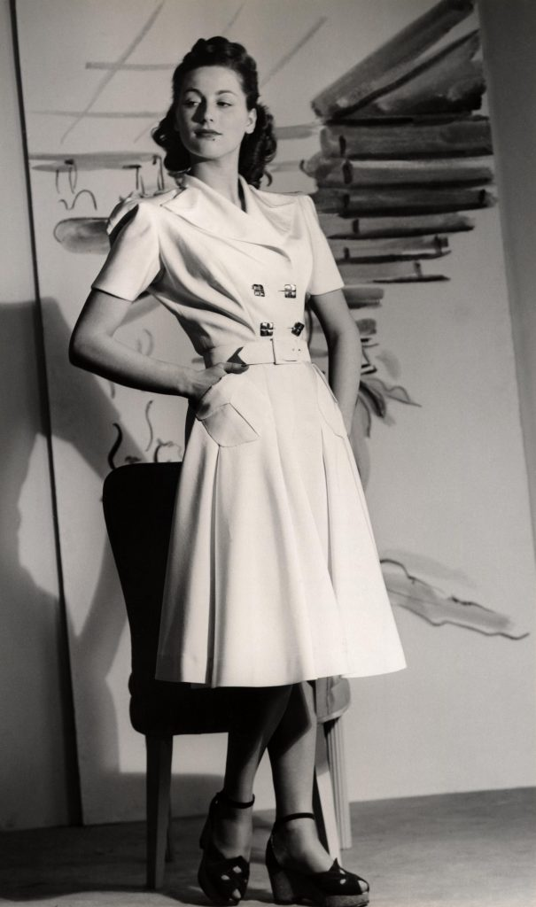 Américaine à la mode du début des années 50: ce n'est plus la chasteté des siècles passés!